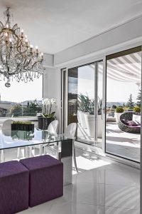 moderna sala pranzo con tavolo di vetro con vista sul terrazzo